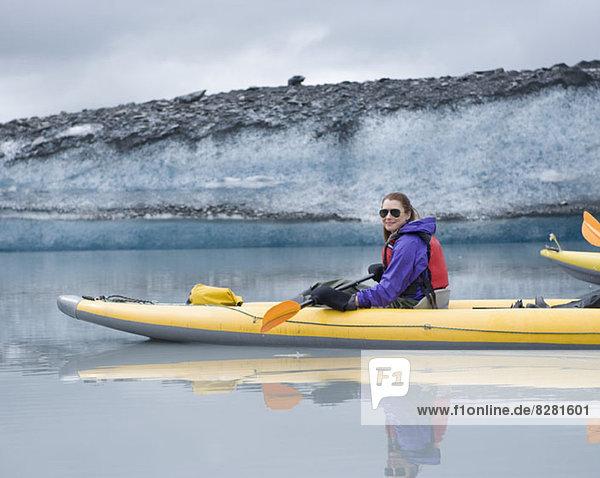 Kajakfahren für Frauen am Valdez Glacier  Alaska  USA Kajakfahren für Frauen am Valdez Glacier, Alaska, USA
