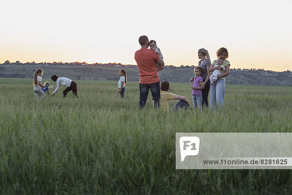 Familien erholen sich auf einem Feld in ländlicher Umgebung