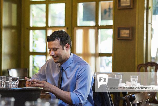 sitzend  Mann  Wirtschaftsperson  1  Hispanier  Tisch