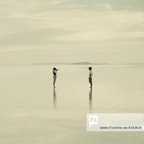 stehend  Frau  Mann  Fotografie  nehmen  Flut  Abenddämmerung  Speisesalz  Salz