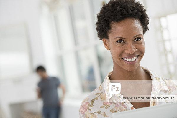 Geschäftsleute. Eine Frau mit einem digitalen Tablet.