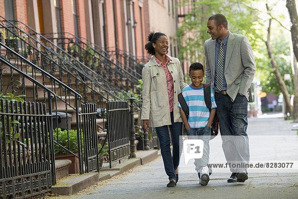 Außenaufnahme  Zusammenhalt  gehen  Junge - Person  Menschliche Eltern  Großstadt  2  jung  freie Natur