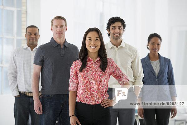 Wirtschaft. Ein Team von Menschen  eine multi-ethnische Gruppe  Männer und Frauen in einer Gruppe.