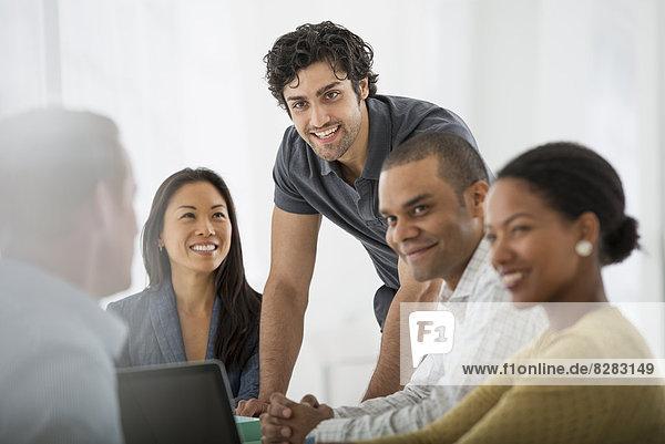 Eine multiethnische Gruppe von Menschen an einem Tisch  Männer und Frauen. Teamarbeit. Begegnung.