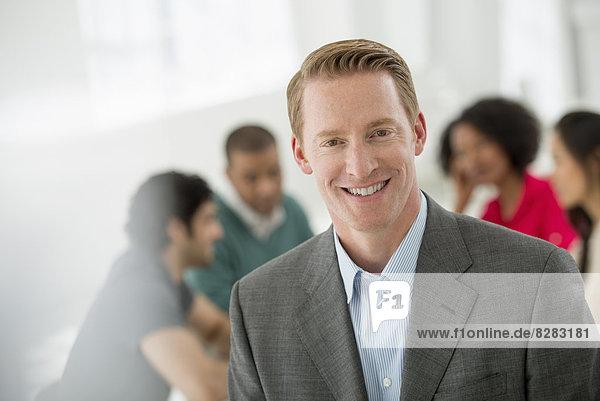 Geschäftstreffen. Ein Mann  der selbstbewusst lächelt.