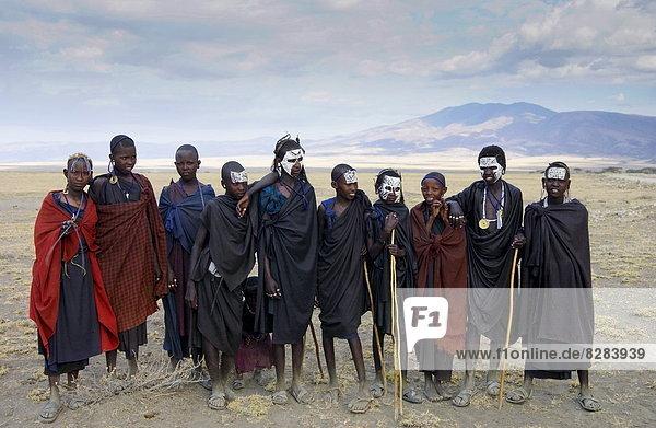 Tradition  ankommen  jung  Lebensphase  Farbe  Farben  Kampf  Masai  bemalen  Tansania
