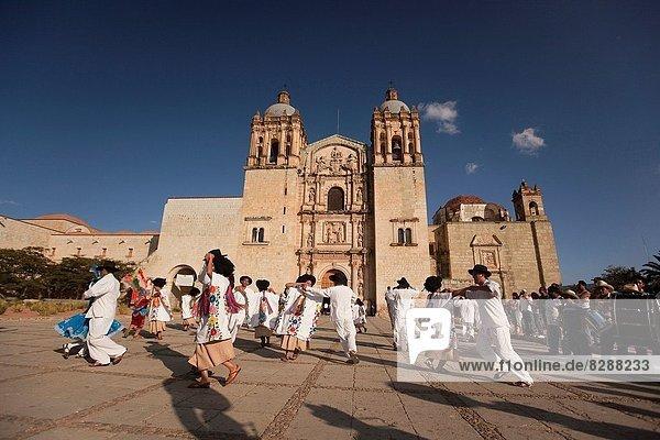 Tradition  Tänzer  Kirche  frontal  zeigen  Nordamerika  Mexiko  Kleidung  Oaxaca