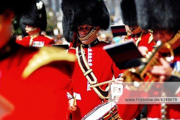 Außenaufnahme  London  Hauptstadt  Palast  Schloß  Schlösser  Zeremonie  wechseln  Wachmann  England