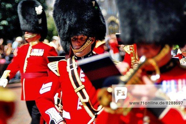 Außenaufnahme  Palast  Schloß  Schlösser  Zeremonie  wechseln  Wachmann  England