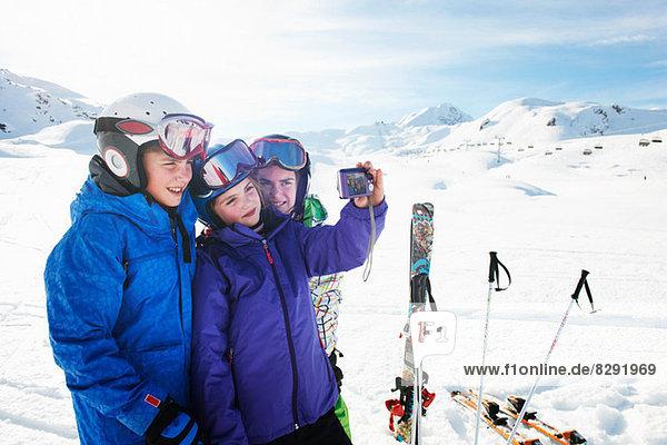 Bruder und Schwestern beim Selbstporträt  Les Arcs  Haute-Savoie  Frankreich