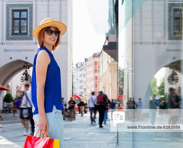 Weibliche Touristin in München Marienplatz  München  Deutschland