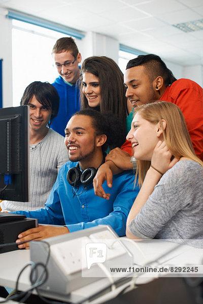 Gruppe von Studenten  die den Computer benutzen