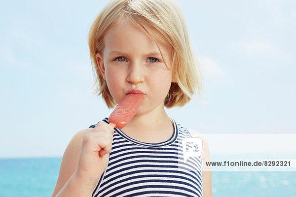 Kind isst Eis am Stiel