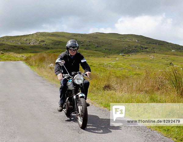 Senior Motorradfahrer auf der Landstraße