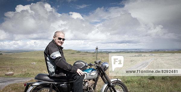 Senior-Motorradfahrer bei einer Pause