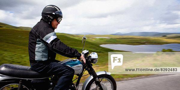 Senioren-Motorradfahren durch die ländliche Landschaft
