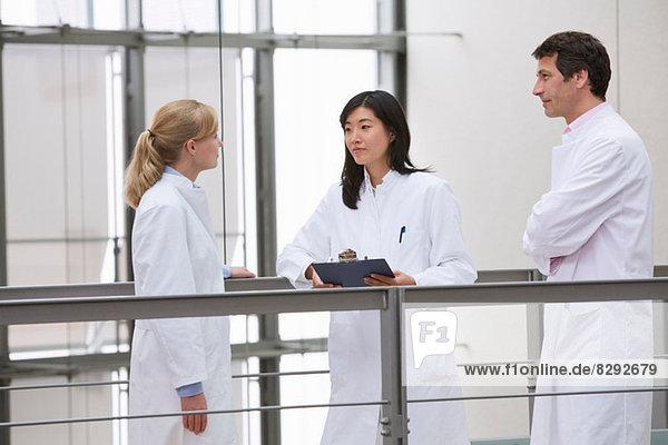 Gruppe von Wissenschaftlern trifft sich im Atrium