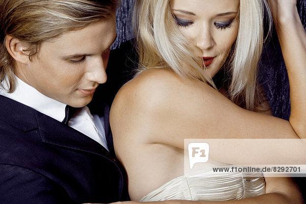 Nahaufnahme eines jungen glamourösen Paares beim Flirten