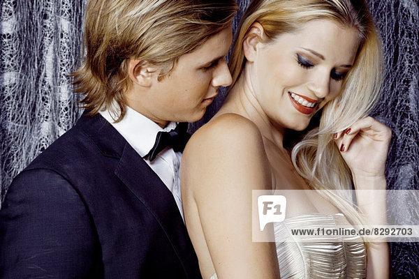 Nahaufnahme eines romantischen  glamourösen jungen Paares