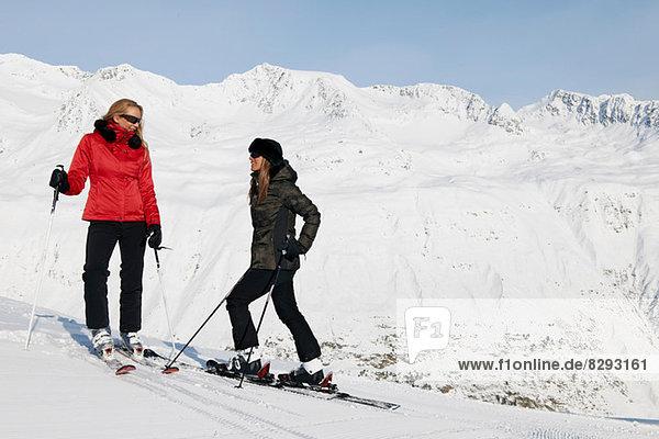 Zwei Skifahrerinnen im Gespräch  Obergurgl  Österreich