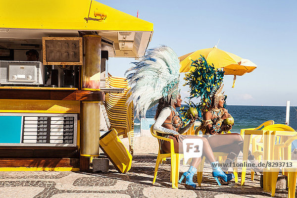 Samba-Tänzer machen Pause  Ipanema Beach  Rio De Janeiro  Brasilien