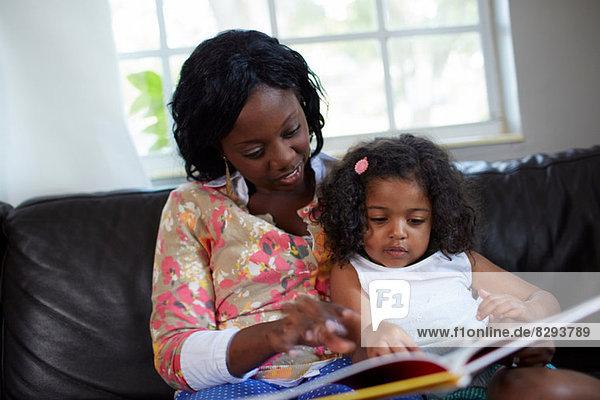 Mutter und Tochter lesen Geschichte
