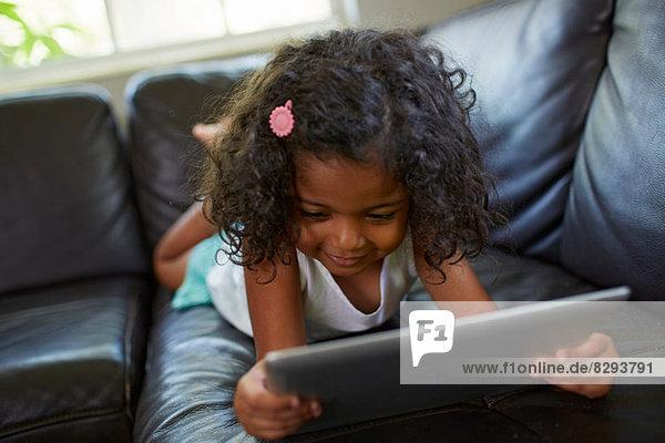 Mädchen mit digitalem Tablett