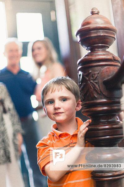 Bildnis des Jungen durch Holzgeländer Bildnis des Jungen durch Holzgeländer