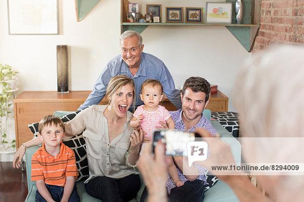 Person  die drei Generationen Familie fotografiert.
