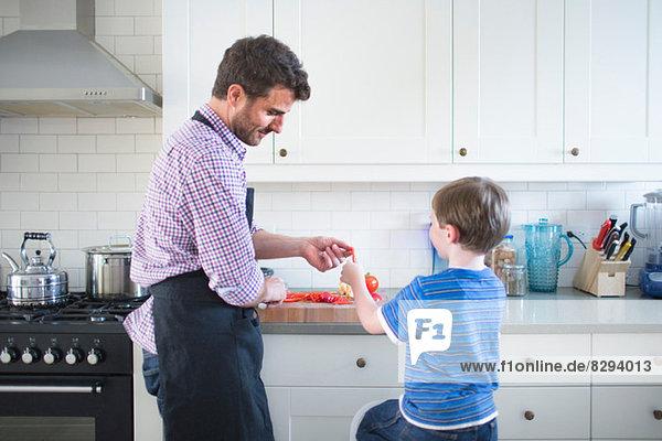Vater und Sohn bereiten das Essen zu Hause zu.