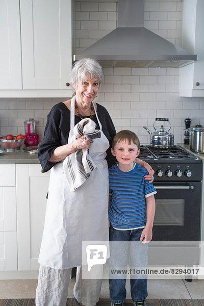 Portrait von Großmutter und Enkel in der Küche
