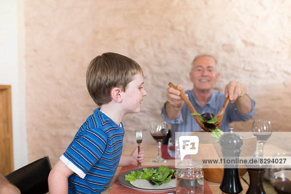 Großvater und Enkel am Esstisch Großvater und Enkel am Esstisch