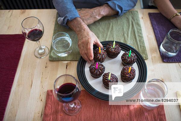 Mann nimmt Geburtstagskuchen vom Teller