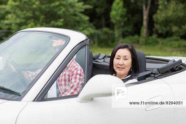 Paar genießt gemütliche Fahrt im Sportwagen
