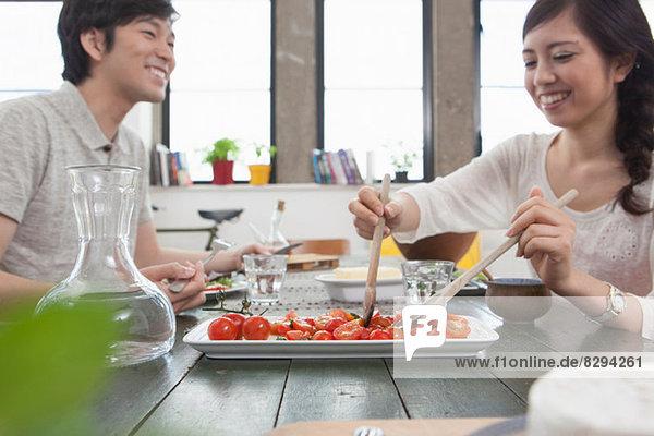 Junges Paar beim Mittagessen am Tisch