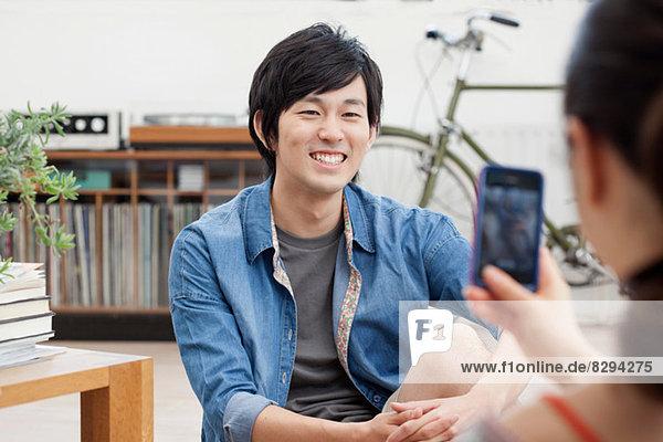 Junges Paar fotografiert auf dem Handy