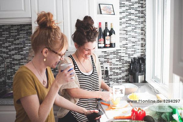 Zwei Frauen bei der Zubereitung von Speisen in der Küche