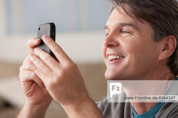 Erwachsener Mann mit Handy