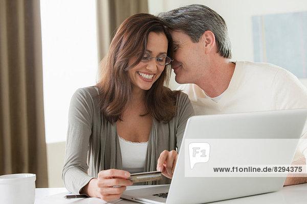 Reife Paare beim Homeshopping
