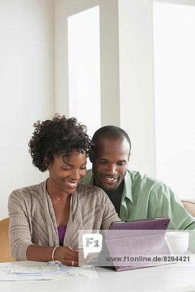 Mittleres erwachsenes Paar online einkaufen
