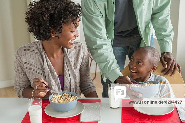 Eltern und Sohn beim Frühstück