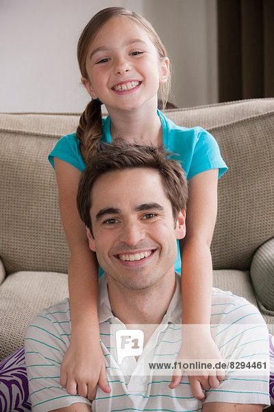 Porträt von Vater und Tochter lächelnd vor der Kamera