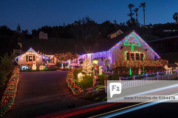 Haus mit reichlich Weihnachtsbeleuchtung im Freien