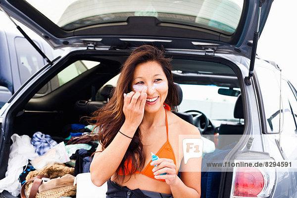 Frau mit Sonnencreme  Hermosa Beach  Kalifornien  USA
