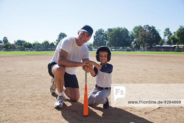 Mann und Enkel bereit für Baseball