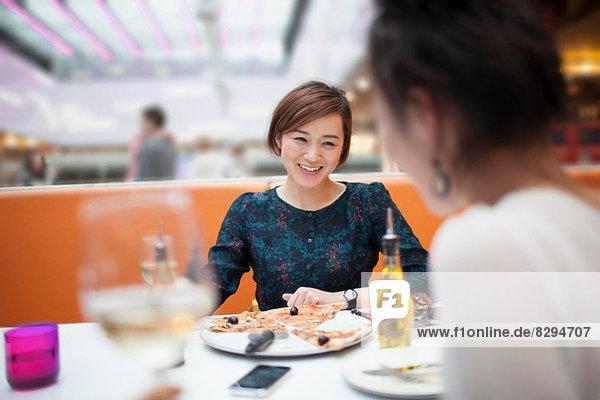 Junge Frauen beim Essen im Restaurant