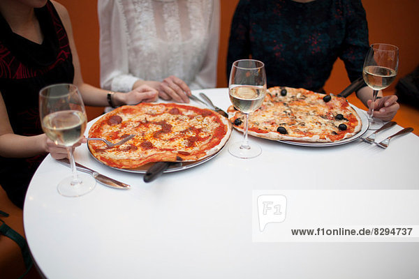 Junge Frauen essen Pizza im Restaurant