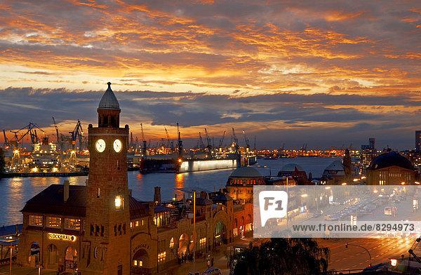 Deutschland  Hamburg  St. Pauli mit Hafen am Abend Deutschland, Hamburg, St. Pauli mit Hafen am Abend