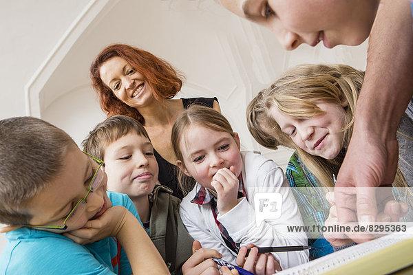 Österreich  Kinder mit Lehrer