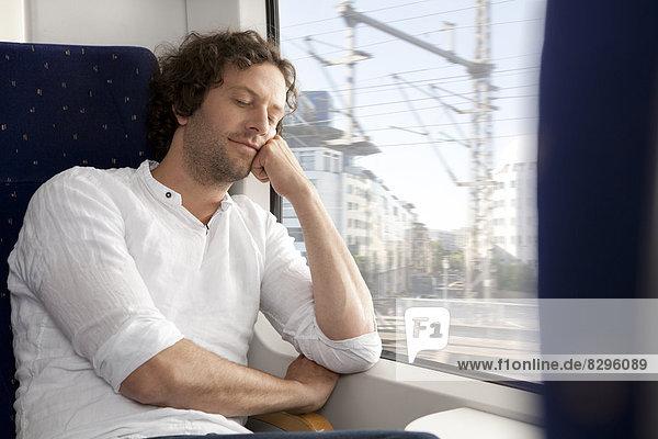 Entspannter Mann im Zug